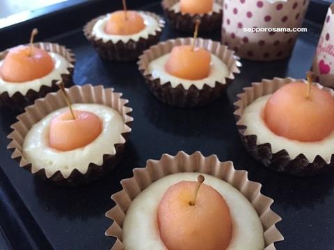 姫りんごのマフィンレシピマフィンカップに生地とりんごを入れる.jpg